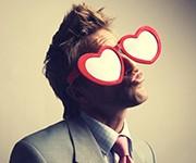Love at first sight! Eyeglasses enjoy playing at Cupid's game
